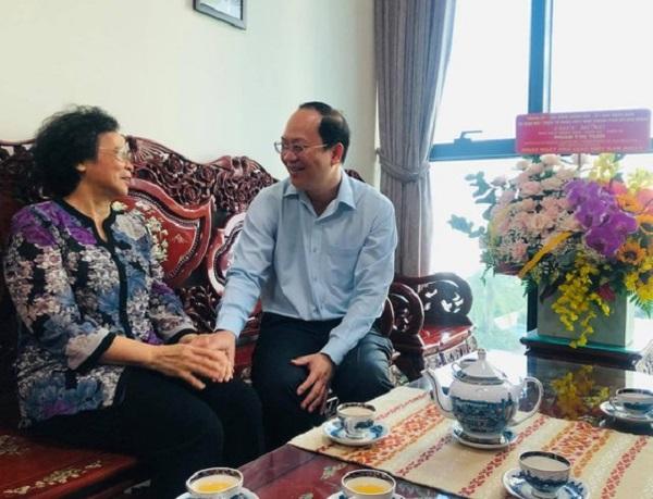 Đồng chí Nguyễn Hồ Hải đến thăm, chúc mừng NGND, GS-TS Phan Thị Tươi