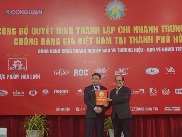 PGS-TS Nguyễn Minh Vỹ trao Quyết định thành lập ACT-HCM cho ông Phạm Văn Thọ - Giám đốc ACT-HCM.
