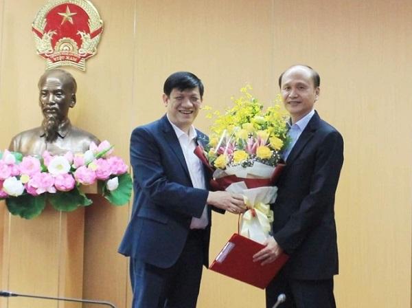 Bộ trưởng Nguyễn Thanh Long chúc mừng Chủ tịch Hội đồng, GS.TS Lê Quang Cường. Ảnh: Bộ Y tế.