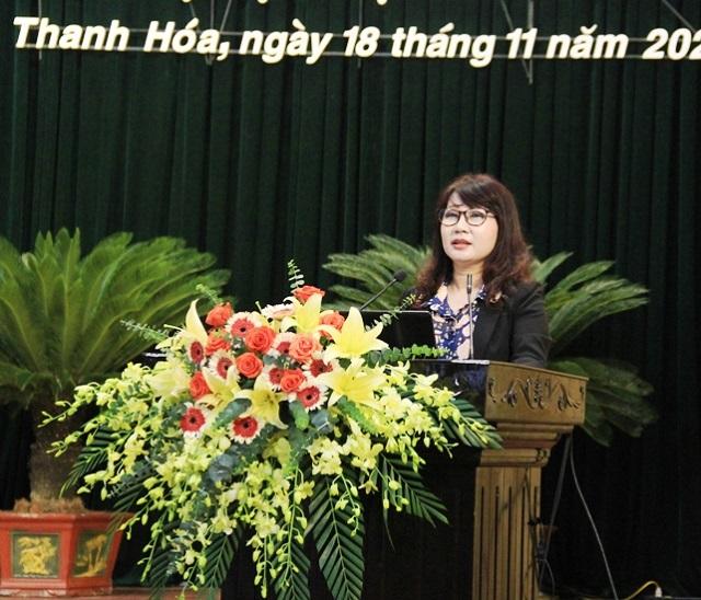 Bà Đinh Thị Thanh Hà, Phó Bí thư Đảng ủy Khối CQ&DN tỉnh Thanh Hóa quán triệt các nội dung cơ bản của Nghị quyết.