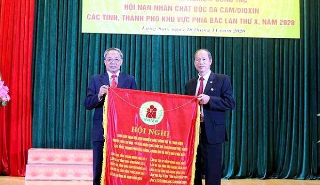 - Ảnh: Lãnh đạo Hội Nạn nhân chất độc da cam tỉnh Lạng Sơn trao cờ đăng cai hội nghị trao đổi kinh nghiệm công tác hội NNCĐDC các tỉnh, thành phố khu vực phía Bắc, lần thứ XI, năm 2021 cho Hội NNCĐDC tỉnh Phú Thọ