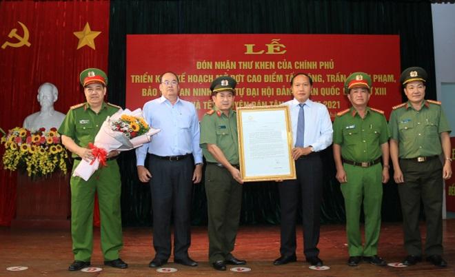 Chánh Văn Phòng thường trực Ban chỉ đạo 389 quốc gia Đàm Thanh Thế đã trao thư khen cho cán bộ, chiến sĩ công an tỉnh An Giang