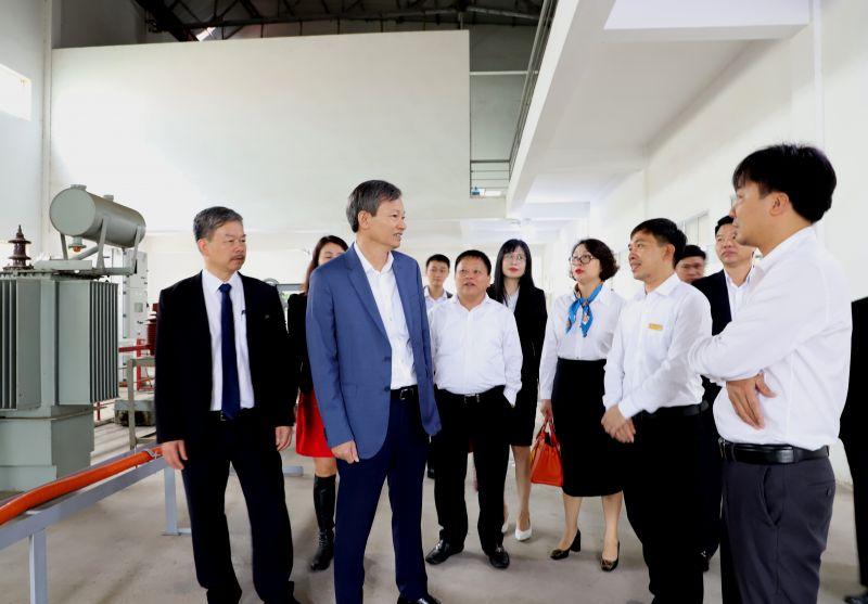 Tổng Giám đốc EVN Trần Đình Nhân và đoàn công tác tham quan cơ sở vật chất của trường Cao đẳng Điện lực miền Bắc.
