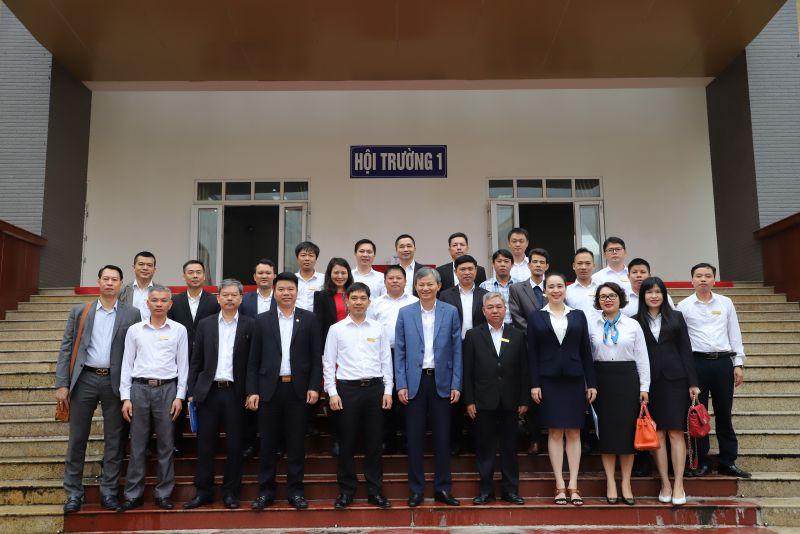 Tổng Giám đốc EVN Trần Đình Nhân, Tổng Giám đốc EVNNPC Đỗ Nguyệt Ánh chụp ảnh lưu niệm với cán bộ nhân viên trường Cao đẳng Điện lực miền Bắc.