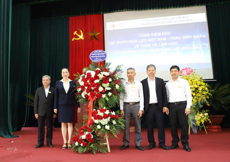 Tổng Giám đốc EVNNPC Đỗ Nguyệt Ánh tặng hoa chúc mừng các thầy, cô giáo trường Cao đẳng Điện lực miền Bắc nhân dịp kỷ niệm 38 năm ngày Nhà giáo Việt Nam (20/11/1982 – 20/11/2020).