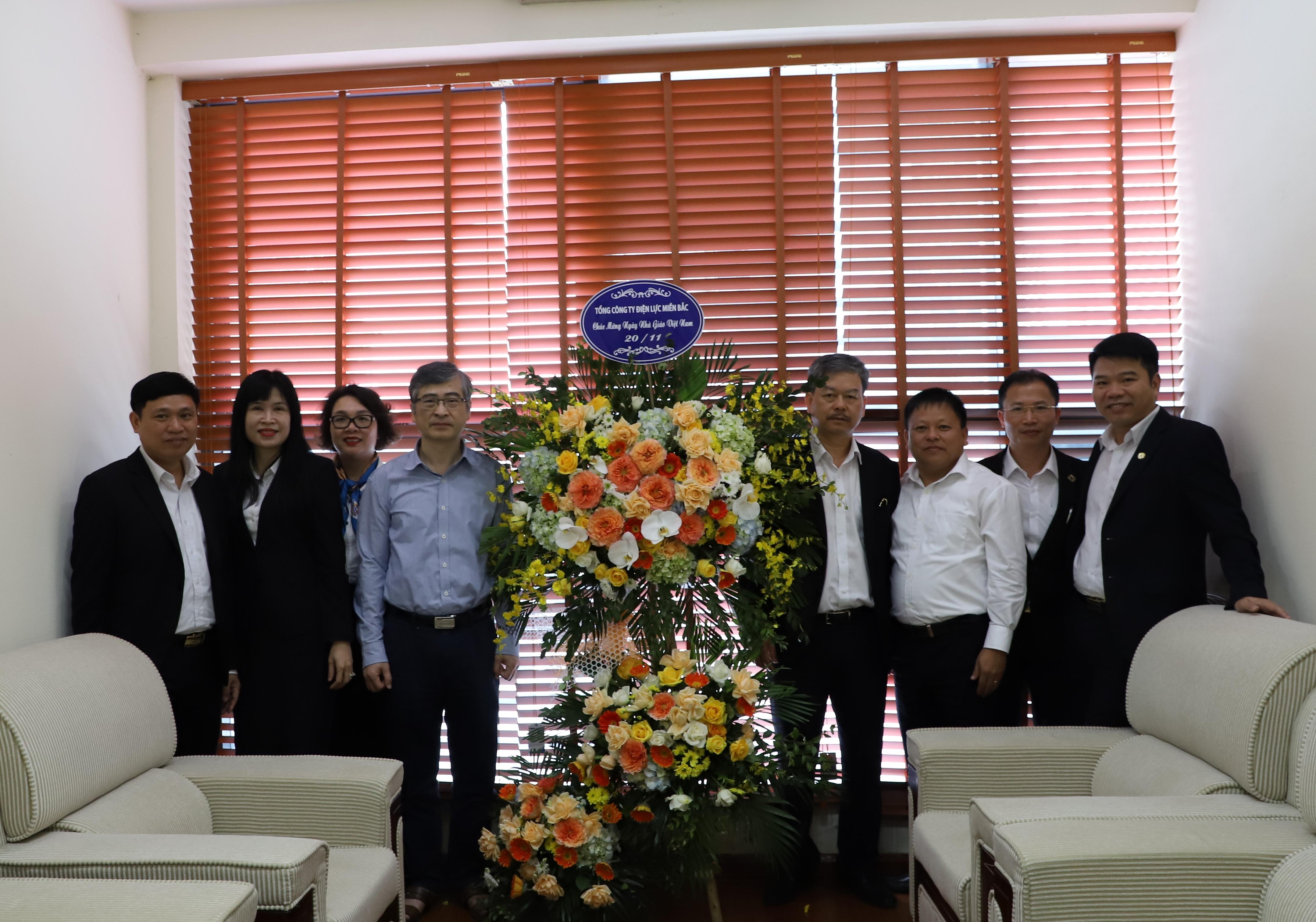 Phó Tổng Giám đốc EVNNPC Lê Quang Thái tặng hoa chúc mừng các thầy, cô giáo trường Đại học Điện lực nhân Ngày Nhà giáo Việt Nam.