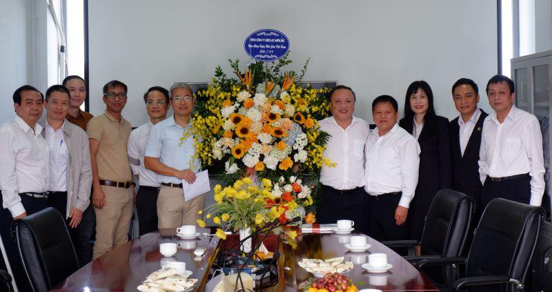 Phó Tổng Giám đốc EVNNPC Vũ Anh Phương tặng hoa chúc mừng các thầy, cô giáo trường Đại học Bách Khoa nhân Ngày Nhà giáo Việt Nam.