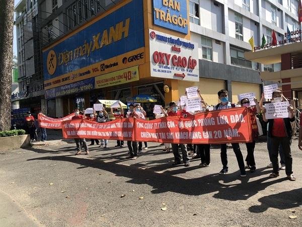 Nhiều khách hàng đến trước trụ sở của Tổng Công ty Thái Sơn (số 3, đường 3 Tháng 2, Quận 3, TP.HCM) để đòi lại quyền lợi.