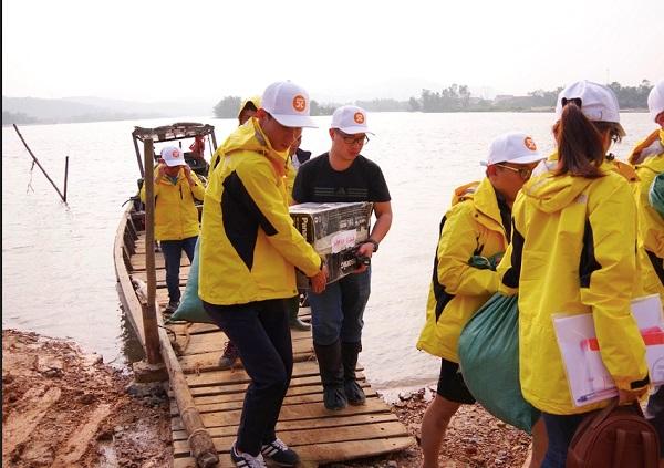 Đoàn từ thiện của HDMon đã trực tiếp đến những xã xa xôi, chịu ảnh hưởng nặng nề nhất của 2 tỉnh Quảng Bình và Quảng Trị để trao những phần quà cứu trợ