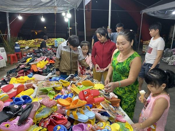 Người dân mua sắm tại phiên chợ đưa hàng Việt về xã Phú An, TX.Bến Cát, tỉnh Bình Dương.