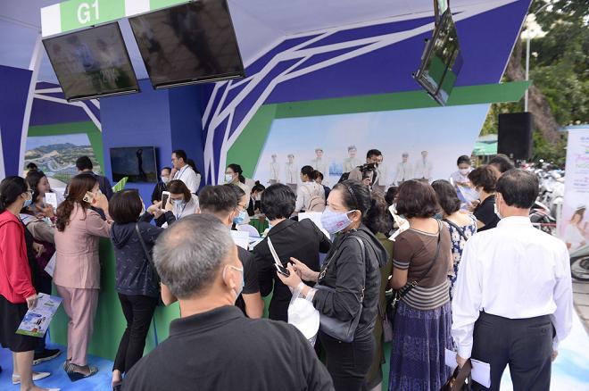 Du khách hào hứng check-in tại gian hàng FLC Hotels & Resorts và Bamboo Airways