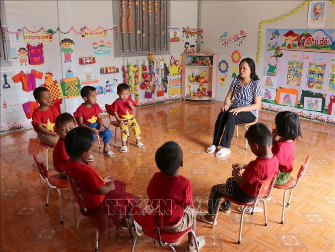 Cô giáo Lê Thị Loan chăm sóc các cháu học sinh trong mỗi bữa ăn hằng ngày. Ảnh: Xuân Tiến/TTXVN