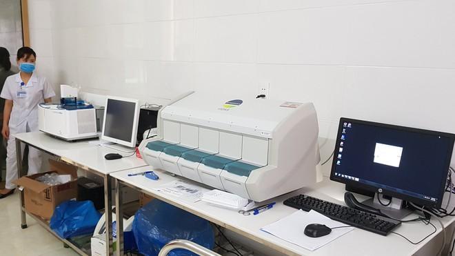 Máy xét nghiệm miễn dịch tự động mới được Trung tâm Y tế huyện Kinh Môn đưa vào sử dụng sau gần 1 năm nằm chờ hóa chất