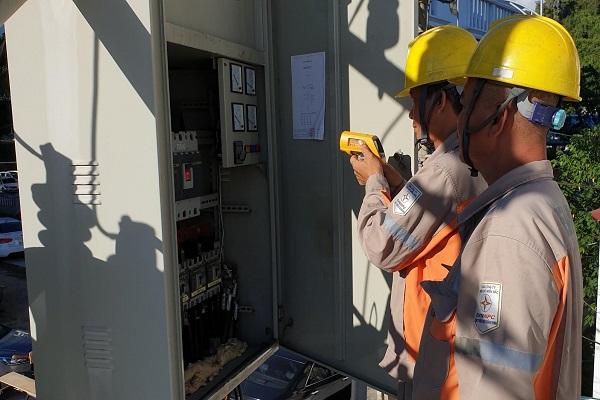 Công nhân Điện lực TP.Hạ Long kiểm tra thiết bị trong giờ cao điểm