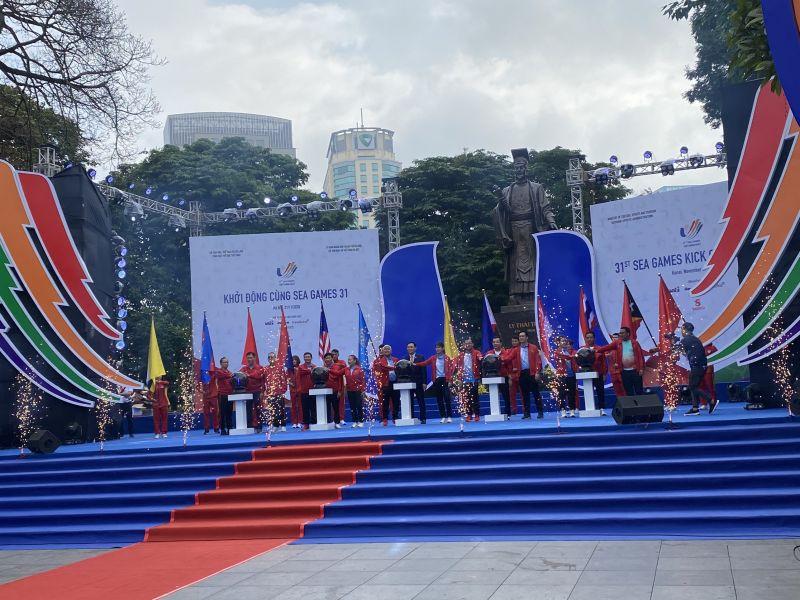 Ủy viên Bộ Chính trị, Bí thư Thành ủy, Trưởng đoàn đại biểu Quốc hội thành phố Hà Nội Vương Đình Huệ cùng lãnh đạo Bộ Văn hóa, Thể thao và Du lịch và thành phố Hà Nội khởi động chương trình đếm ngược tới SEA Games