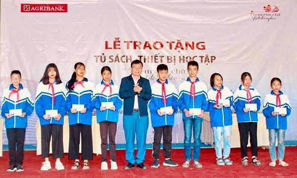 Agribank trao tặng tủ sách, thiết bị học tập cho học sinh Đắk Nông