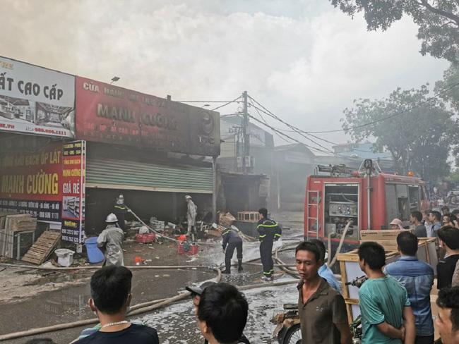 Cháy lớn tại xưởng nội thất, người dân gom đồ tháo chạy.