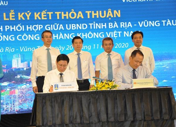 Ông Lê Ngọc Khánh, PCT. UBND tỉnh BR-VT (trái) ký kết thỏa thuận chương trình hợp tác với Vietnam Airlines