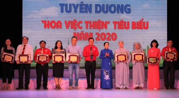 Nguyên Phó Bí thư Thành ủy TPHCM Võ Thị Dung tuyên dương những điển hình
