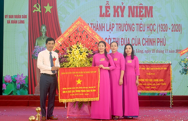 Thừa ủy quyền của Thủ tướng Chính Phủ , Phó chủ tịch UBND tỉnh Hồ Đại Dũng tặng cờ thi đua của Chính Phủ cho Trường Tiểu học Xuân Lũng.