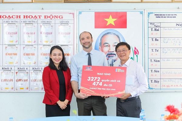 Đại diện Anh văn hội Việt Mỹ (VUS) trao tặng sách cho trường tiểu học Trần Đại Nghĩa.