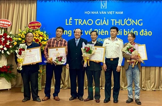 Ban tổ chức trao giải Nhất cho các tác giả xuất sắc