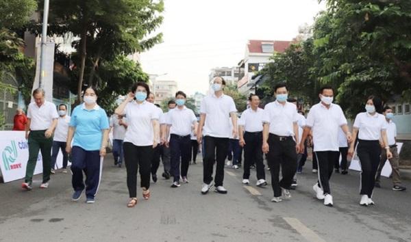 Lãnh đạo TP và quận Phú Nhuận tham gia đi bộ sáng 22-11.