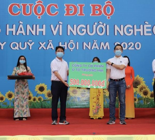 Bí thư Quận ủy quận Phú Nhuận Phạm Hồng Sơn tiếp nhận ủng hộ tại chương trình.