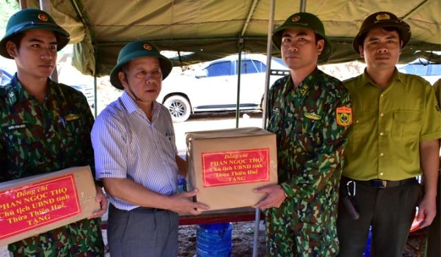 Chủ tịch UBND tỉnh TT Huế Phan Ngọc Thọ phát lệnh chặn dòng Rào Trăng và tặng quà cho lực lượng tìm kiếm