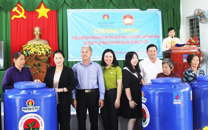 Chủ tịch Quốc Hội và nhà tài trợ trao tặng bồn chứa nước ngọt tại tỉnh Bến Tre
