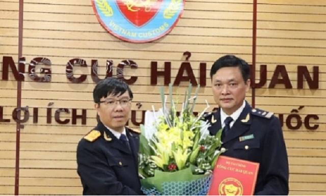Phó Tổng cục trưởng Lưu Mạnh Tưởng (bên trái) trao quyết định bổ nhiệm cho ông Trần Bằng
