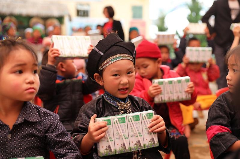 Nhờ Quỹ sữa Vươn cao Việt Nam, em Hường và các bạn của em tại Trường mầm non Thu Tà sẽ được uống sữa đều đặn mỗi ngày đến lớp