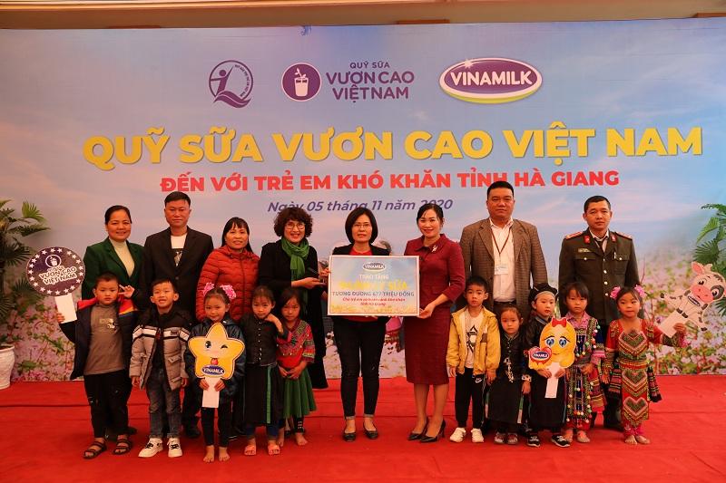 Vinamilk và Quỹ sữa Vươn cao Việt Nam dành tặng 94.000 ly sữa, cho 1.045 trẻ em có hoàn cảnh khó khăn tại tỉnh Hà Giang