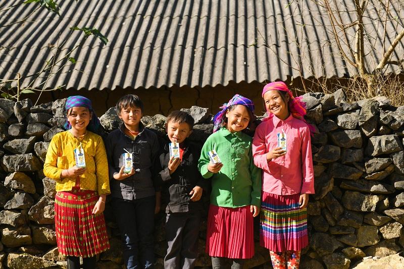 Vinamilk và Quỹ sữa trao sữa đến cho trẻ em khó khăn tại huyện Xín Mần, huyện Mèo Vạc, huyện Bắc Mê, huyện Yên Minh… thuộc tỉnh Hà Giang