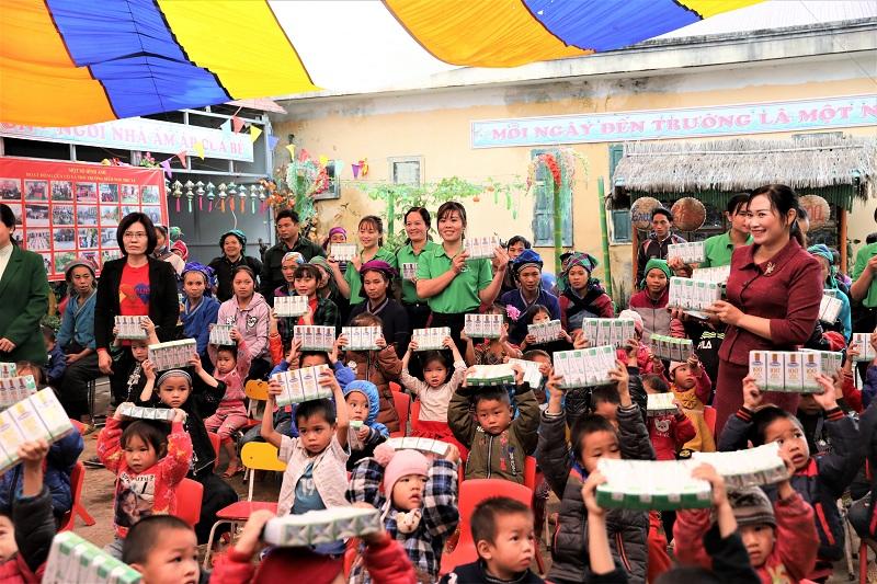 Niềm vui của các cô giáo, phụ huynh và học sinh trường mầm non Thu Tà, huyện Xín Mần, Hà Giang trong ngày Quỹ sữa Vươn cao Việt Nam và Vinamilk đến điểm trường