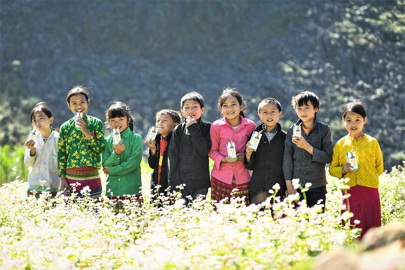 Trẻ em miền núi với niềm vui uống sữa