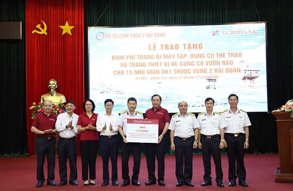 Agribank trao tặng cho 15 nhà giàn DK1 thuộc vùng 2 Hải quân máy tập, dụng cụ thể thao và trang thiết bị củng cố vườn rau với tổng trị giá 2 tỷ đồng