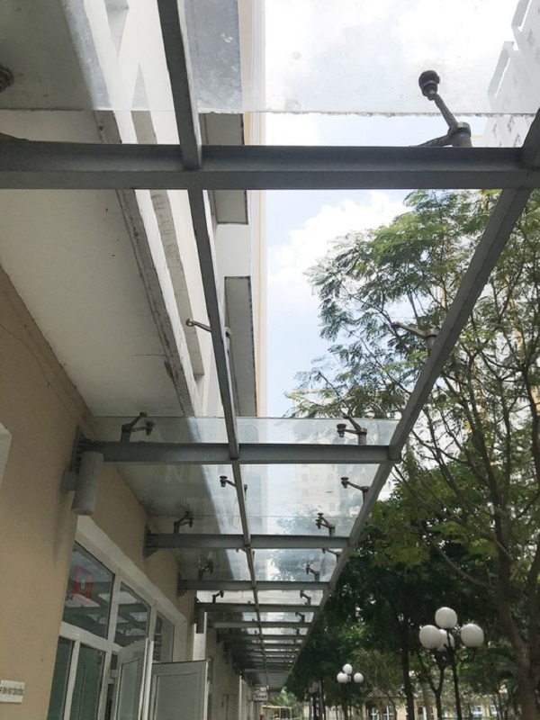 Tấm kính cường lực tại chung cư Sunview Town (Thủ Đức) bị bể nhưng chưa được thay thế, gây nguy hiểm cho người qua lại.