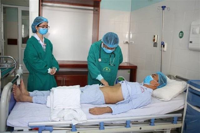 Bác sỹ Bệnh viện Đa khoa tỉnh Thanh Hóa thăm khám cho bệnh nhân L.V.T., 40 tuổi, bệnh nhân vừa được ghép thận từ người không cùng huyết thống.