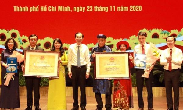 Đại diện Bộ VH-TT-DL trao bằng xếp hạng Di tích Kiến trúc nghệ thuật cấp quốc gia cho trụ sở UBND TPHCM và đình thần Linh Đông, quận Thủ Đức.