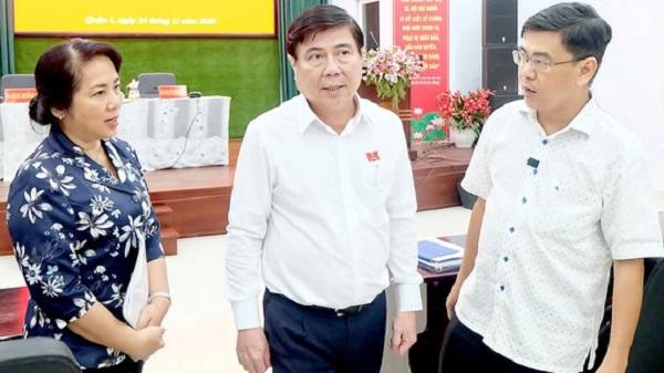 Chủ tịch UBND TPHCM Nguyễn Thành Phong yêu cầu lãnh đạo quận 1 giải quyết ngay các bức xúc của người dân. (Ảnh: Thu Hường)