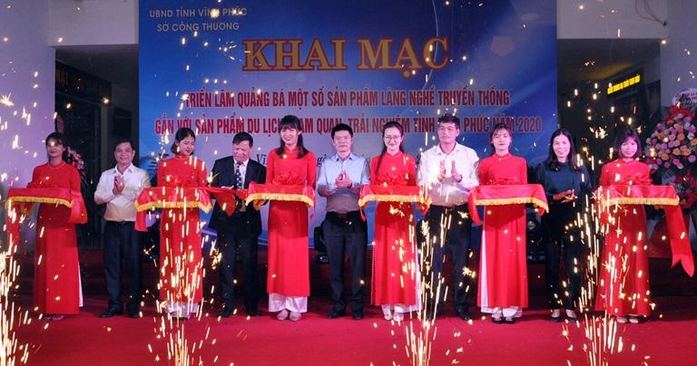Chủ tịch Hội Nông dân tỉnh Nguyễn Thanh Tùng; Phó Chủ tịch UBND tỉnh Nguyễn Văn Khước và các đại biểu cắt băng khai mạc triển lãm. Ảnh: Chu Kiều