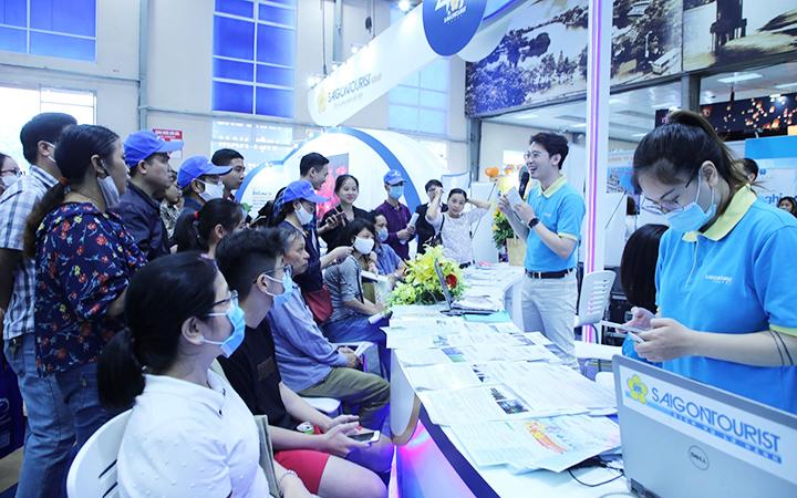 Khách hàng tìm hiểu thông tin tại Hội chợ Du lịch quốc tế Việt Nam - VITM Hà Nội 2020. Ảnh: VƯƠNG HÀ
