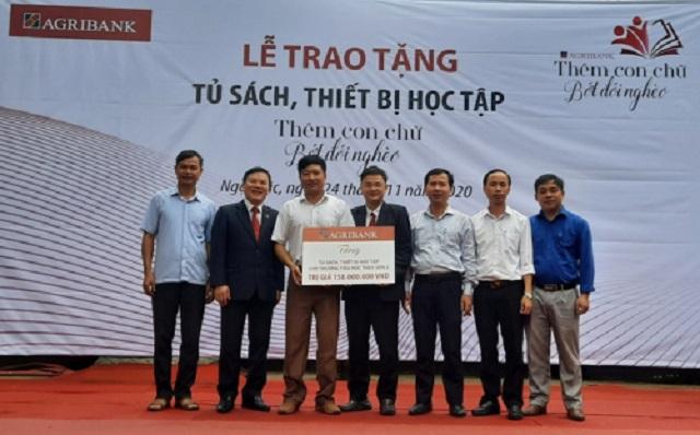 """Đại diện lãnh đạo Agribank Thanh Hóa trao biểu trưng bàn giao tủ sách, thiết bị học tập với chủ đề """"Thêm con chữ, bớt đói nghèo"""