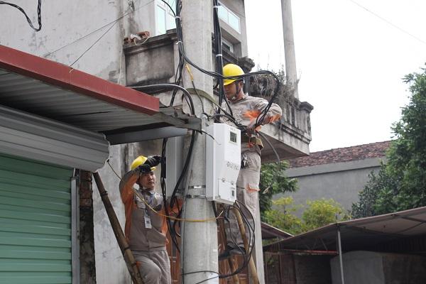 Công nhân Điện lực Thành phố Bắc Ninh lắp đặt công tơ điện tử