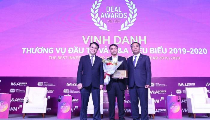 Tổng giám đốc Masan Group Danny Le (giữa) nhận chứng nhận Doanh nghiệp có thương vụ M&A tiêu biểu từ ông Trần Quốc Phương - Thứ trưởng Bộ Kế hoạch và Đầu tư và ông Lê Trọng Minh - Tổng Biên tập Báo Đầu tư.
