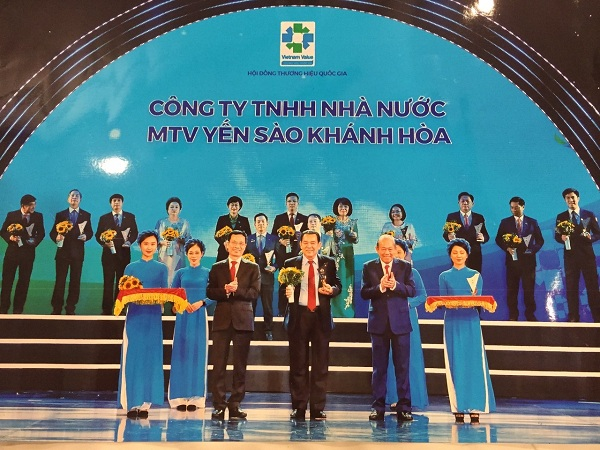 Ông Nguyễn Anh Hùng, Chủ tịch HĐTV Công ty Yến sào Khánh Hòa  (giữa) vinh dự nhận Biểu trưng Thương hiệu Quốc gia 2020