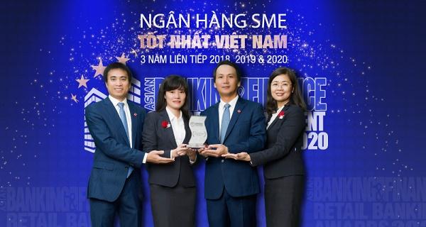 Đại diện BIDV nhận Giải thưởng ngân hàng SME tốt nhất năm 2020