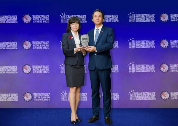 Đại diện BIDV nhận giải thưởng Giải pháp sản phẩm dịch vụ khách hàng doanh nghiệp sáng tạo tốt nhất Việt Nam 2020