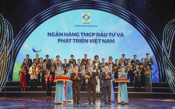 Ông Trần Phương - Phó TGĐ đại diện BIDV nhận biểu trưng Thương hiệu Quốc gia 2020